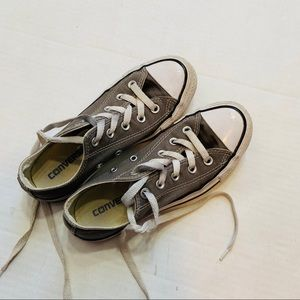 Woman's gray converse
